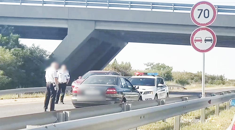 Felvételen, ahogy a rendőrök karjaiba futott tegnap egy, a 8-as úton forgalommal szembe hajtó ámokfutó