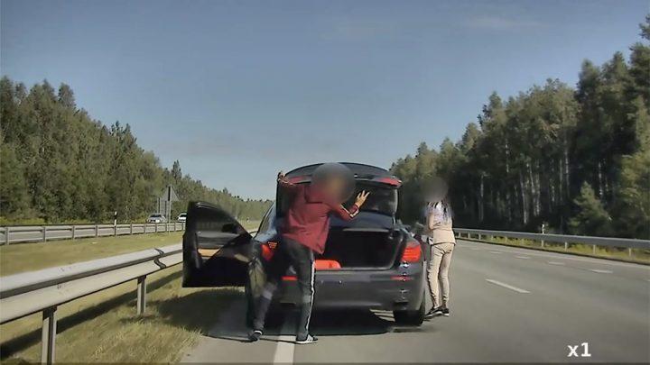 """VIDEÓ: Belső sávban """"tankolták"""" a BMW-t. Jött a rendőr. Hatalmas üldözés lett belőle"""