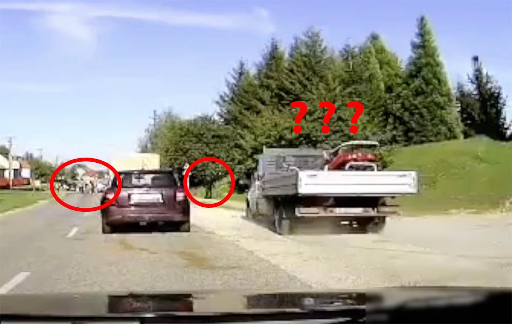 """VIDEÓ: Ne terelj teheneket, ha Bütyi rohan melózni. Inkább elállt az útból az ijedt gyalogos, amikor """"emberünk"""" felhajtott a járdára"""
