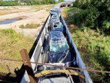 VIDEÓ: Ledarálta az autószállító vonat tetejét a vasúti híd, kb. 2 millió dolláros kárt okozva