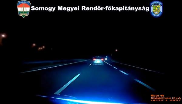 VIDEÓ: Embercsempészt üldöztek a rendőrök az M7-es autópályán
