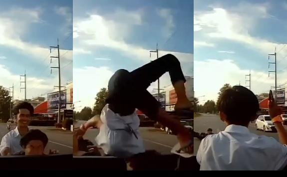 VIDEÓ: Egy pillanatra nem figyelt a motoros és telibeverte a pickupot- Utasa egy laza előre szaltóval mentett