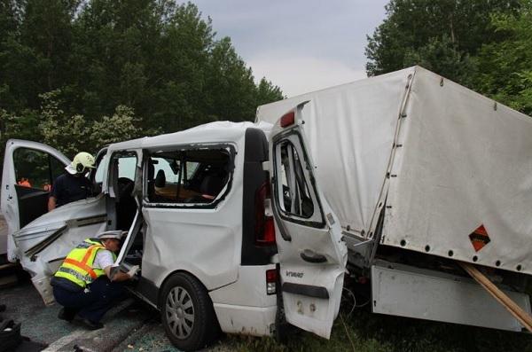 Stesszre és fáradtságra hivatkozik a kamionos, aki 3 ember halálát okozta a 4-es számú főúton