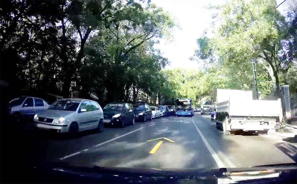 VIDEÓ: Nem volt szívbajos a buszsofőr és 1-2 autós sem, aki az ideiglenes felfestéseket semmibe vette az Istenhegyi úton