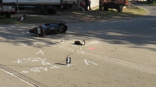 Súlyosan megsérült egy motoros, akit elütött egy autós – Az utas kiszállt a sérülthöz, a sofőr azonban továbbhajtott
