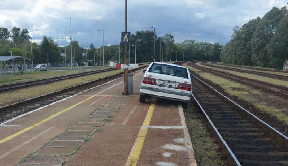 A peronról a sínekre lógva parkolt le autójával a holtrészeg sofőr Dabason