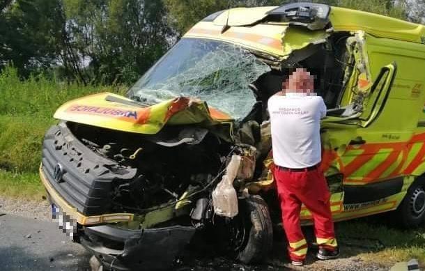 FOTÓK: Csúnya baleset – Furgon és mentő ütközött frontálisan Kaposváron