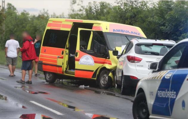 Három évre fogházra és 5 év vezetéstől való eltiltásra ítélték a betegszállítóval ütköző sofőrt