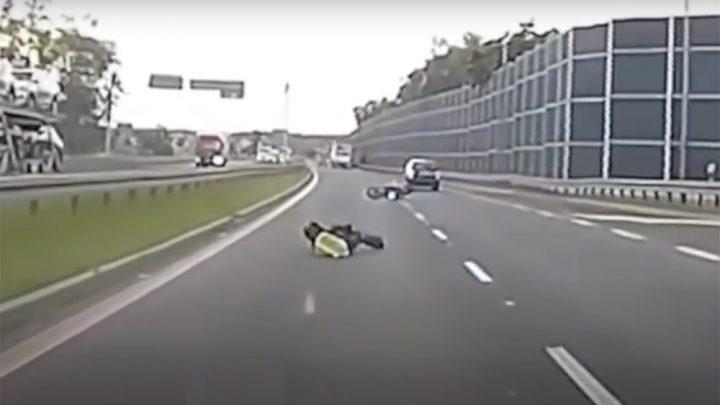 Videón, ahogy az aljas sofőr miatt bukik a motoros. Ezután centiken múlt, hogy elgázolja őt a kamerás autó
