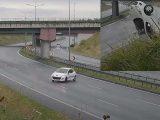 VIDEÓ: Hatalmasat repült az útról lesodródott Peugeot. Kemény pillanatokat élhetett át a sofőr