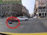 VIDEÓ: Hatalmasat esett a rollerrel az Astoriánál. Kis híján elgázolta egy autó