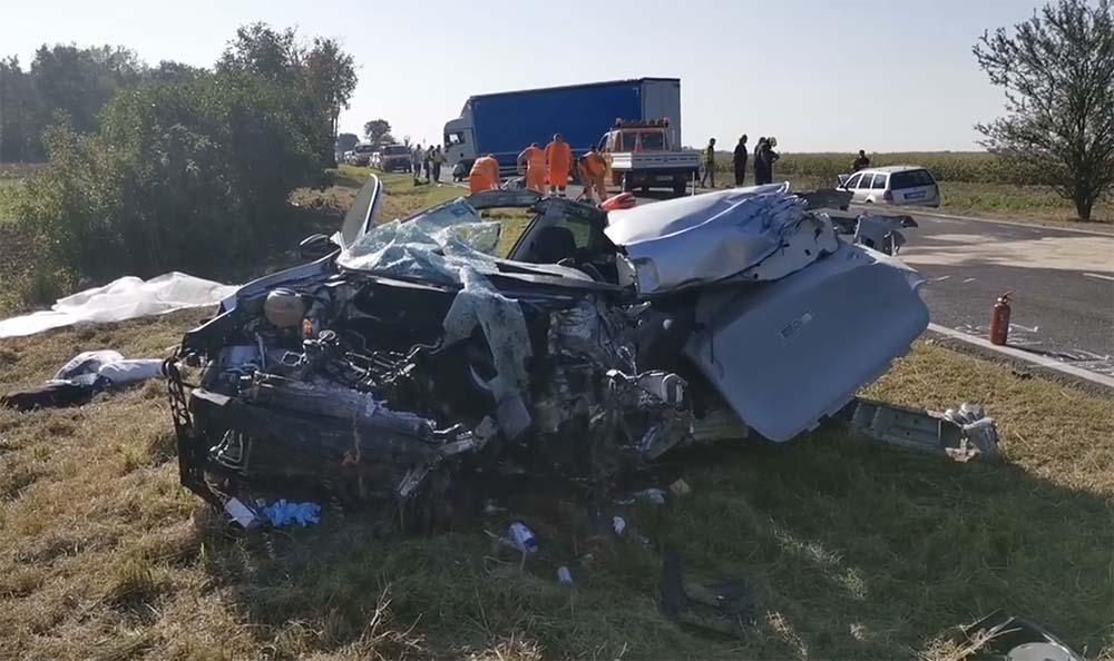 A fotók alapján gyakorlatilag átment a teherautó a felismerhetetlenségig roncsolódott autón