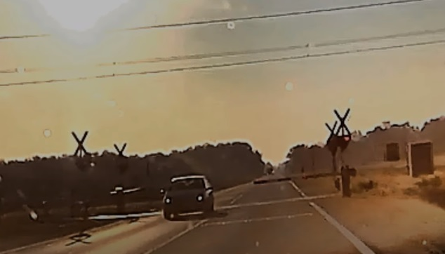 VIDEÓ: Meg tudott volna állni az autós, de nem tette, inkább letörte a sorompót és elhajtott