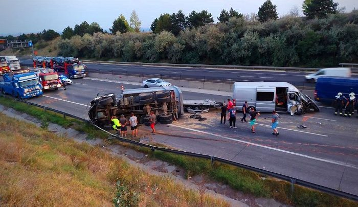 FOTÓK: Szalagkorlátot átszakítva ütközött kisbusszal egy teherautó tegnap az M0-ás autóúton