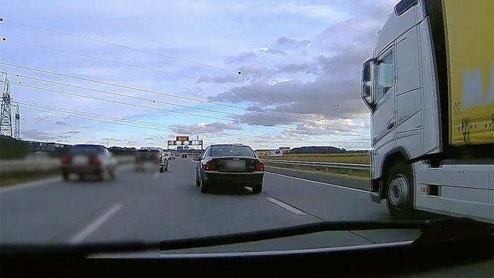 VIDEÓ: Talán részeg volt, de akár rosszul is lehetett ez a sofőr az M0-son. Ilyenkor minden esetben hívd a 112-t