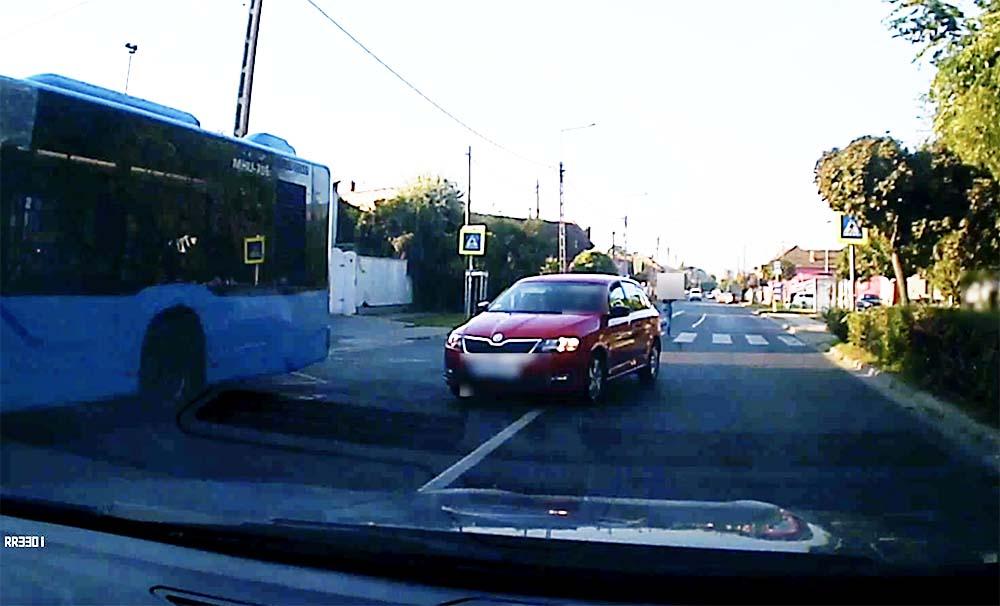 VIDEÓ: A gyalogosok, de még a szemből jövő autó sem zavarta a Skoda sofőrjét a gyalogátkelőn