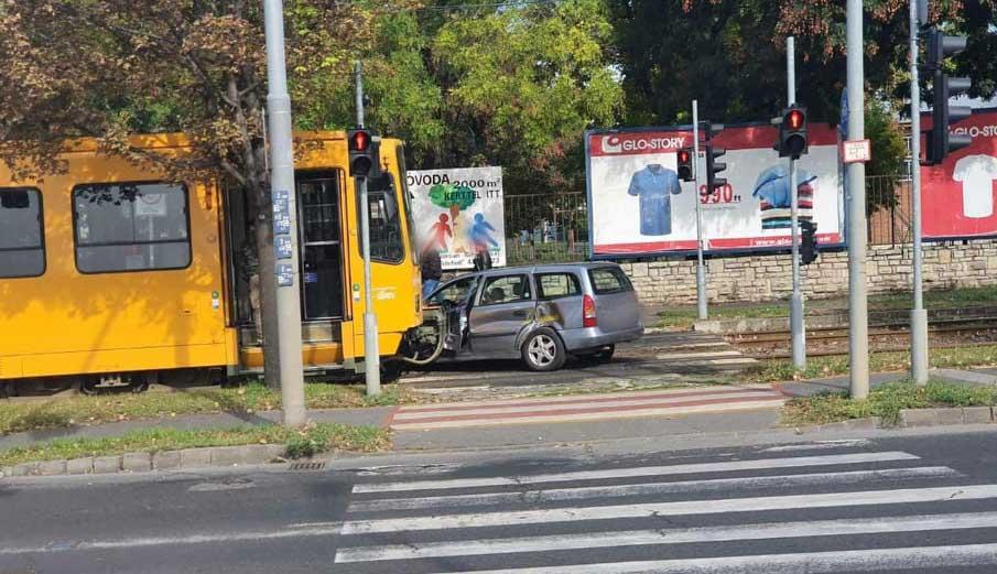 FOTÓK: Villamossal ütközött egy személyautó a Kőbányai úton