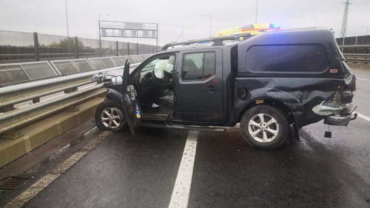 Fotók: Szalagkorlátnak csapódott az M6-os 15. kilométerénél egy pickup. Mentő a helyszínen