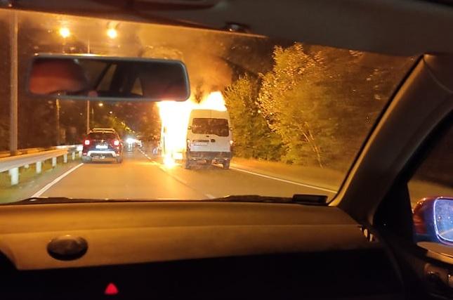 FOTÓK: Lángol egy furgon a Szentmihályi úton – Lezárták az utat a mentés idejére