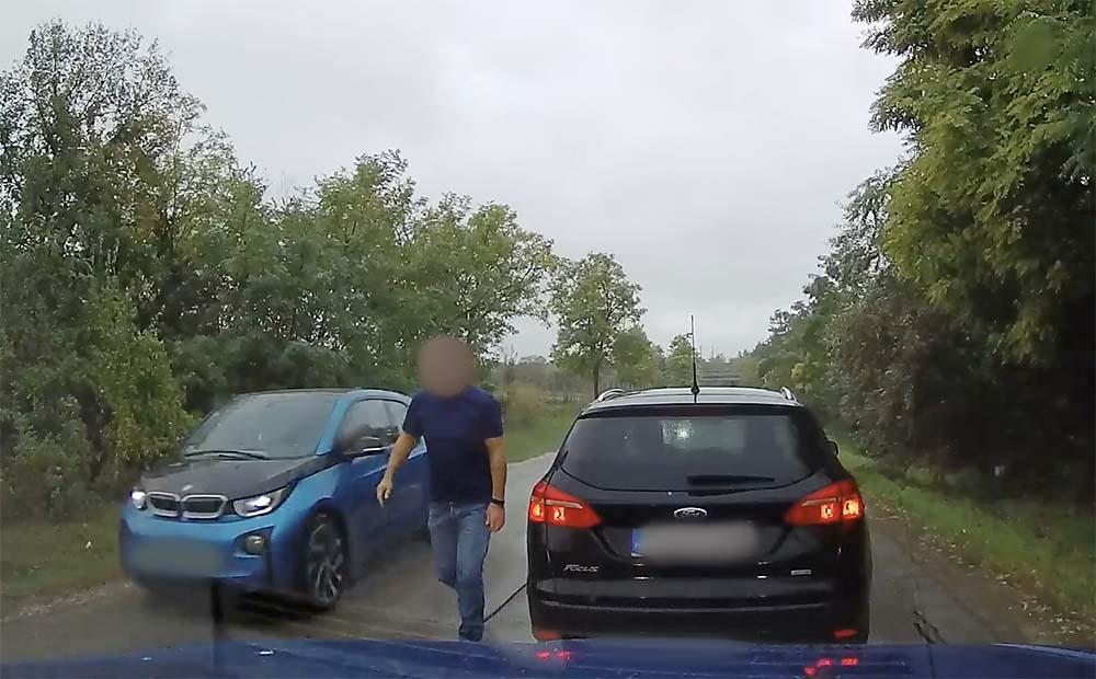 VIDEÓ: Előzést gátolt, intenzívet fékezett – megállt. A leghátsó autó beleszállt a kamerásba. Ezek után elhajtott a Ford sofőrje