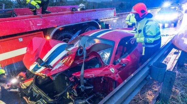 FOTÓK: Megcsúszott a vizes úton és teljesen lezúzta Ferrariját egy sofőr az A2-es autópályán