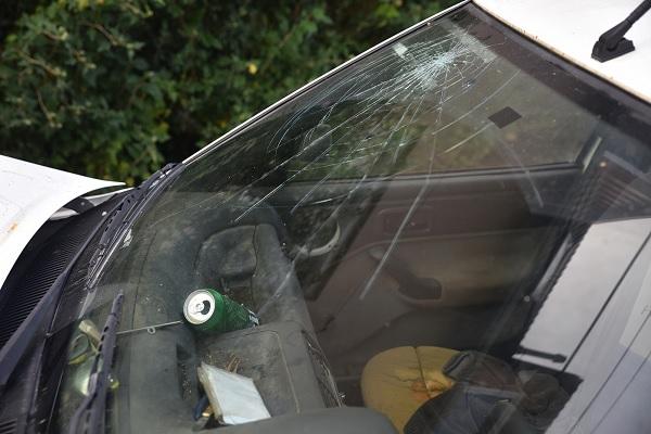 FOTÓK: Több autót összetört egy borzalmas állapotú Forddal, majd utasával együtt kiszállt és elszaladt