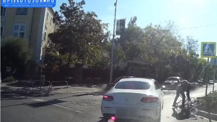 VIDEÓ: Jobbról akarta kerülni a zebránál megálló autóst a bringás, de csúnya zakózás lett belőle