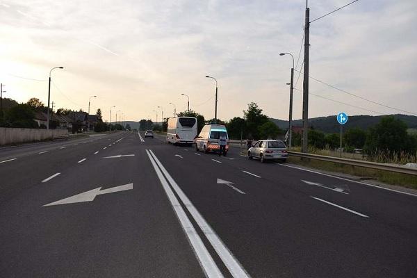 Letöltendőt kapott az autós, aki lelépett, miután figyelmetlenségével balesetet okozott – Egy busz elé fordult ki, aminek utasa a fékezés miatt megsérült
