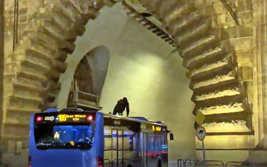Busz tetején utazott át Pestről Budára egy fiatal srác
