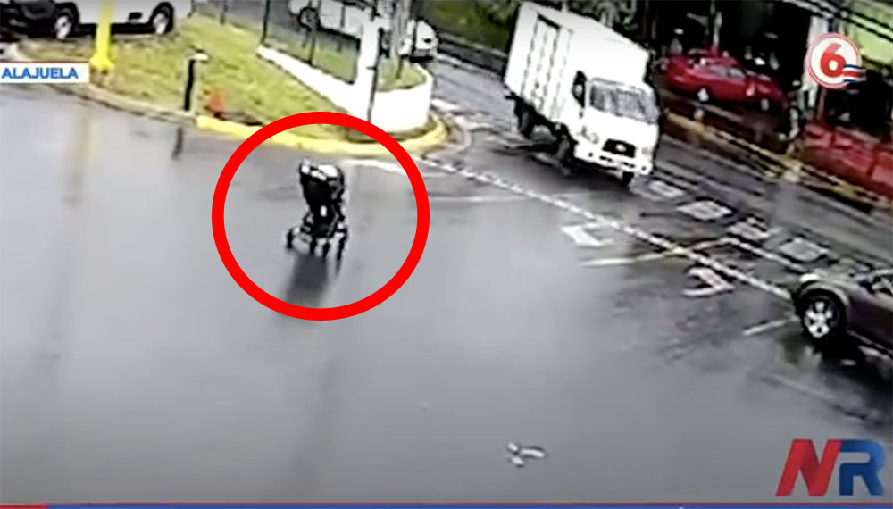 Döbbenetes videó: A forgalmas útra gurult az elszabadult babakocsi