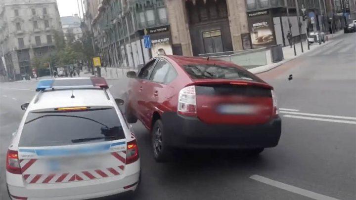 VIDEÓ: Így történt a tegnapi rendőrautó-baleset a Ferenciek terénél
