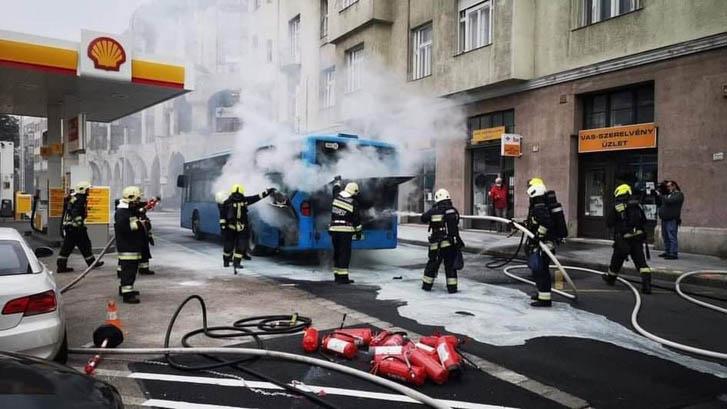 VIDEÓ: Így égett ki egy busz, közvetlenül a Csalogány utcai benzinkút mellett