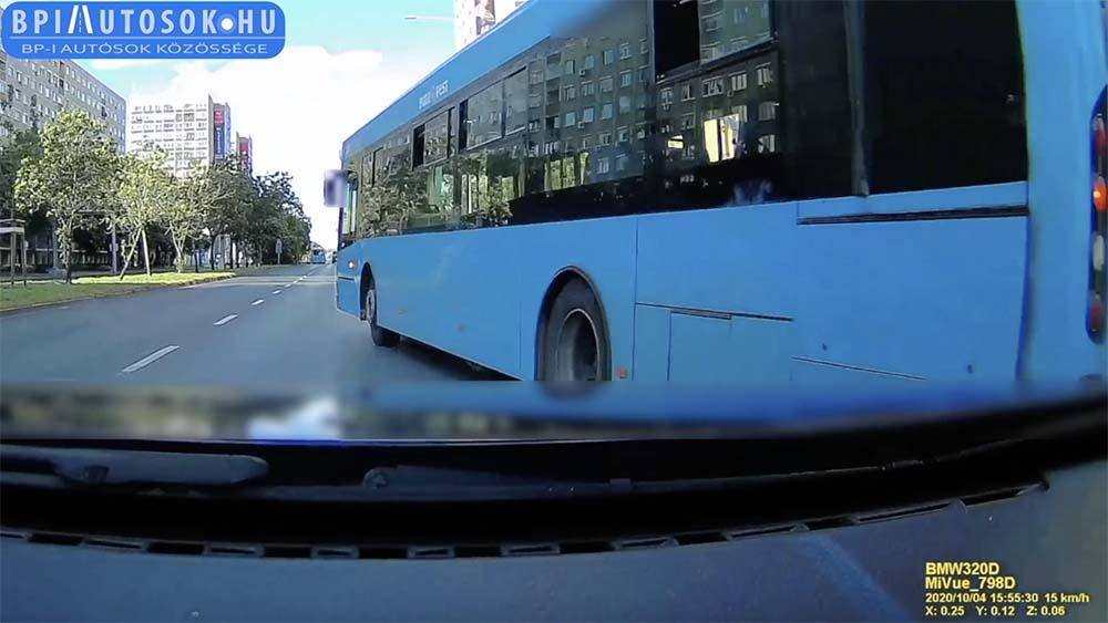 VIDEÓ: Nem igazán érezte a buszsofőr, hogy hol a vége a járműnek. Feltételezni sem merjük, hogy esetleg mégis…