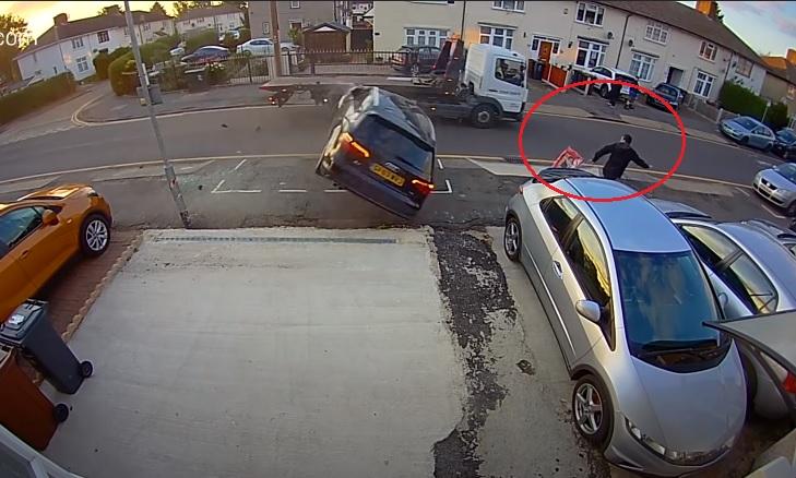 VIDEÓ: Kis híján a gyalogosra zuhant egy elszúrt előzés miatt felborult autó