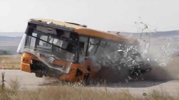VIDEÓ: Ez történik, ha 200-zal busznak rohan egy autó. A legdurvább törésteszt