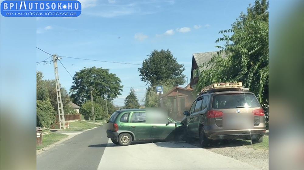 Videón, ahogy részegen hajt, majd telibeveri a harmadik autót a faluban