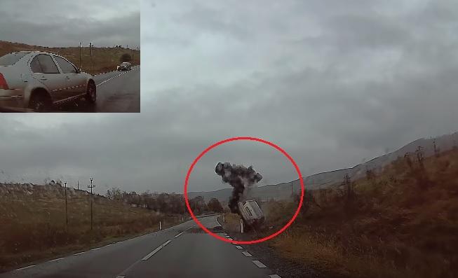 VIDEÓ: Saját autóját törte rommá az ostobája, miután több autóst is veszélyeztetett a felelőtlen előzéssel
