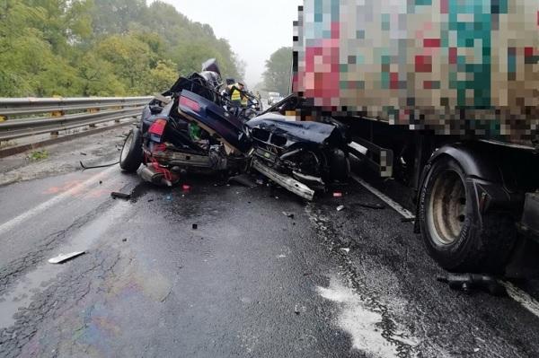 FOTÓK: Kettészakadt egy autó, miután teherautóval ütközött a 8-as főúton – A sofőr azonnal életét vesztette