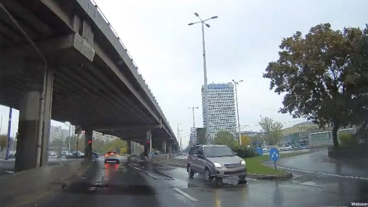 VIDEÓ: Mindenki dudált neki, mégis tovább hajtott a forgalommal szembe