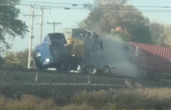 VIDEÓ: Elakadt a kamionos a vasúti átjárón – Félelmetes, ahogy egy ekkora monstrumot is könnyen bedarál a vonat
