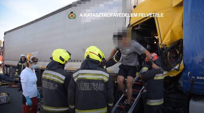 VIDEÓ: Súlyos kamionbaleset volt tegnap az M0-son – Így mentették a beszorult sérültet