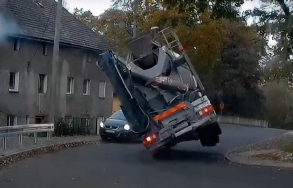 VIDEÓ: Így kell egy rád boruló betonkeverő elől kimenekülni autóval