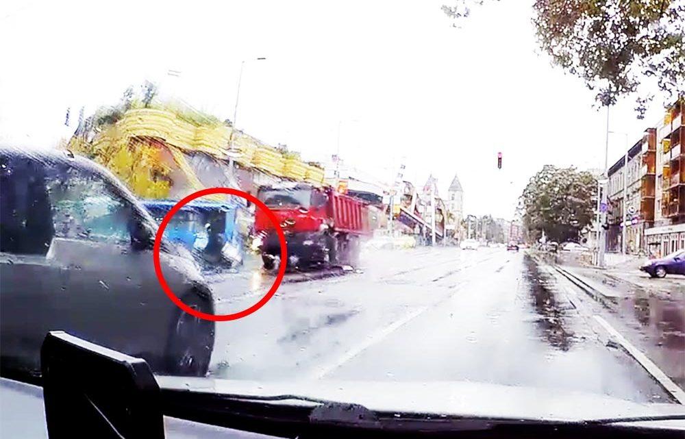 Felvételen, ahogy a piroson áthajtó teherautó maga alá gyűr egy robogót a Váci úton