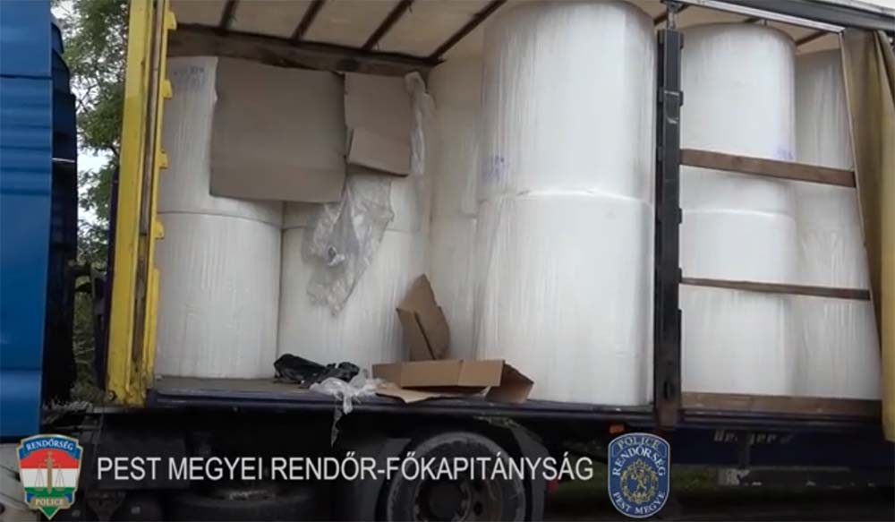 VIDEÓ: Papírbálába szorult kamionsofőrt kellett kimenteni, óriási drogfogás lett belőle