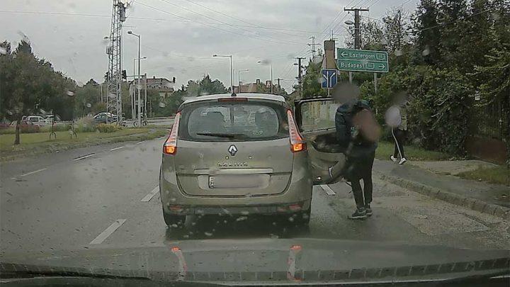 VIDEÓ: Hajmeresztő volt látni a hibát, amit a sofőr a gyermekek kirakása után vétett