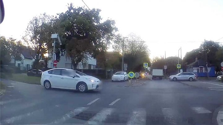 VIDEÓ: Hajszálon múlt a Prius elkaszálása. Agyrém, amit művelt