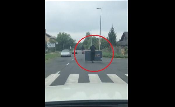VIDEÓ: Nem fért be az autóba, hát rollerrel vitte el a hatalmas dobozt Nyíregyházán egy férfi