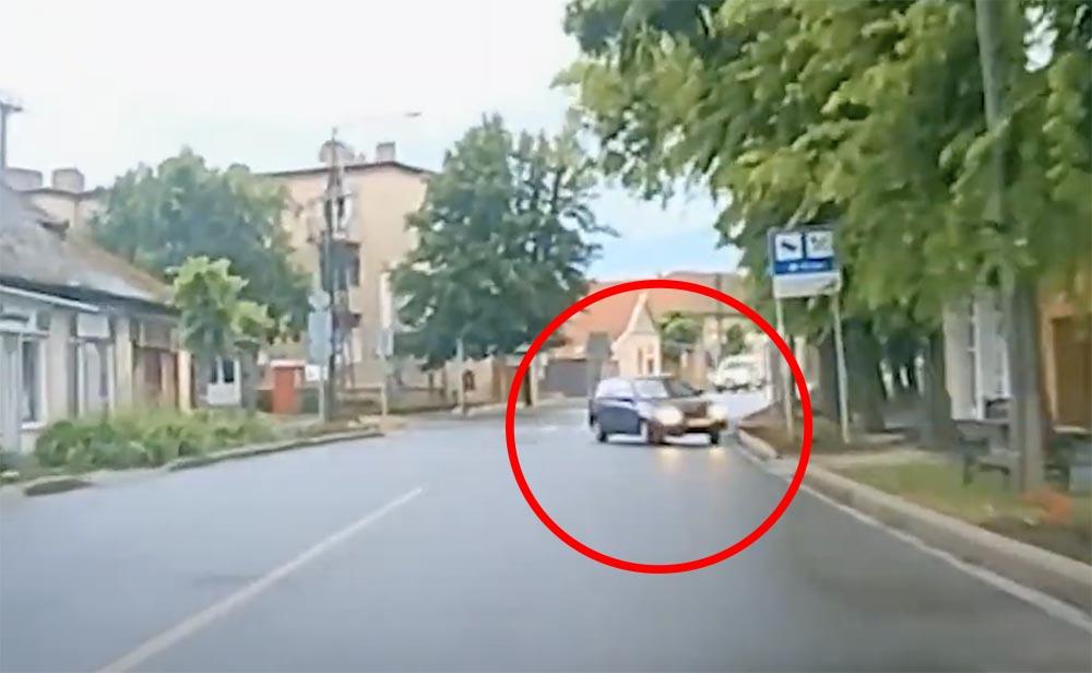 Videón, ahogy átcsúszik a Suzuki a szembe sávba, éppen a kamerás autó elé