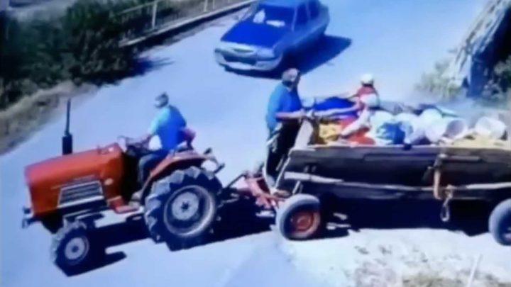 VIDEÓ: Kihajtott a traktorral az útra és jött az autó. Ami ezután történik, azt képtelenség drámaian előadni
