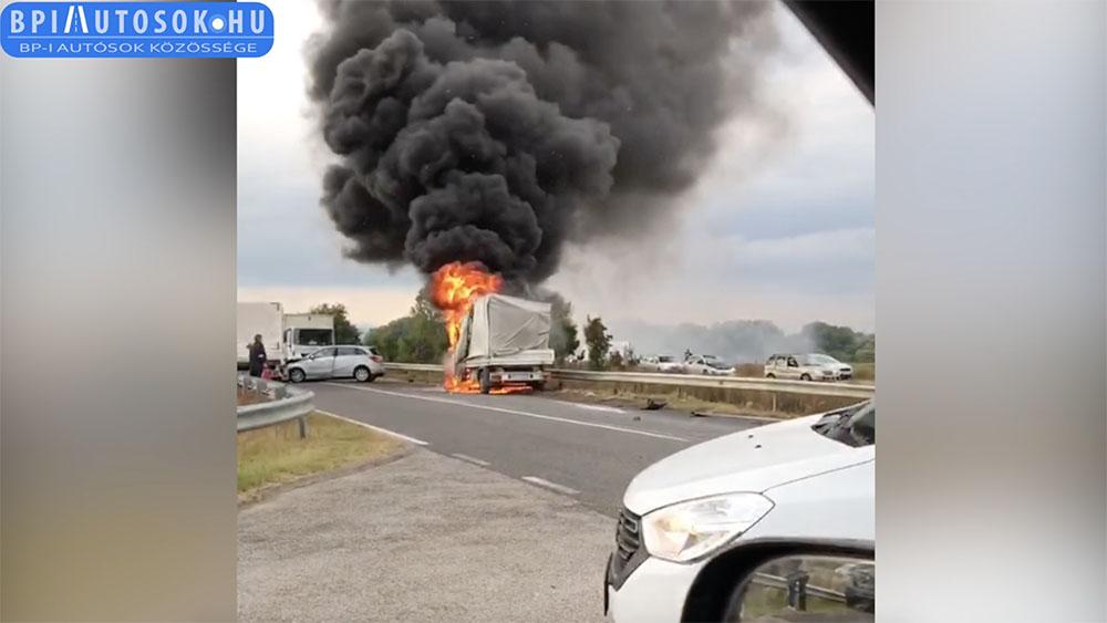 VIDEÓ: Lángokban áll egy kisteherautó, mert több autó ütközött össze a csömöri M0 felhajtó közelében ma délután